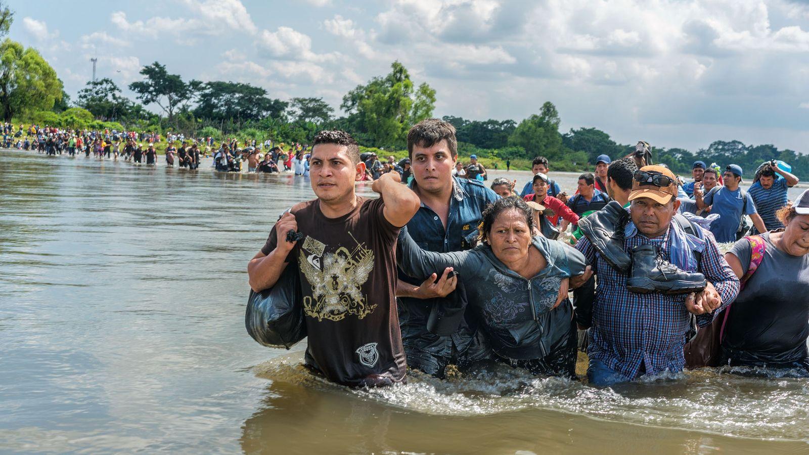 En novembre 2018, des Salvadoriens passent la frontière du Guatemala au Mexique. Il leur reste 3 ...