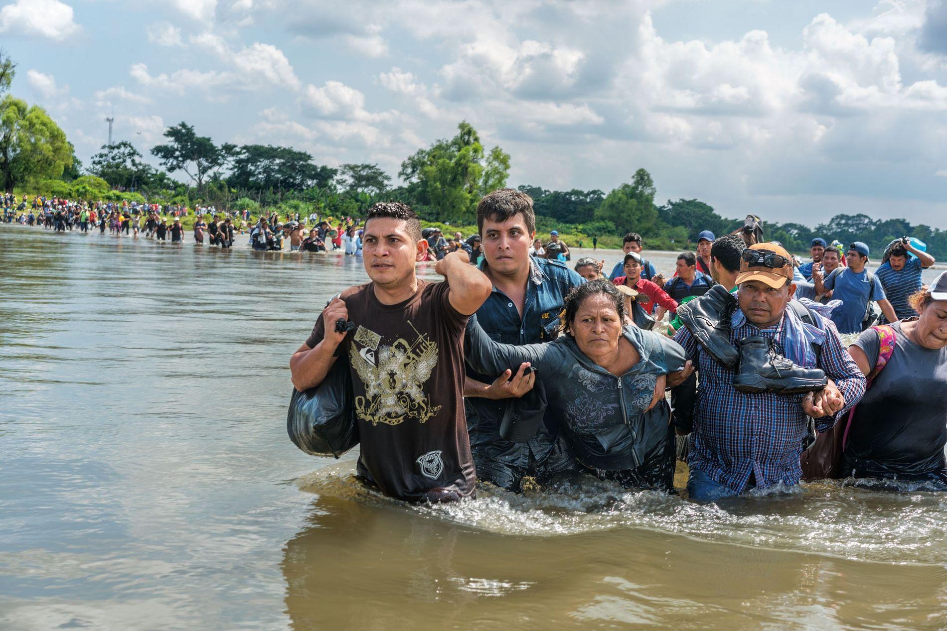 En novembre 2018, des Salvadoriens passent la frontière du Guatemala au Mexique. Il leur reste 3 900 km pour atteindre les États-Unis. Donald Trump a fait déployer 5 000 soldats américains à la frontière avec le Mexique pour décourager les migrants.