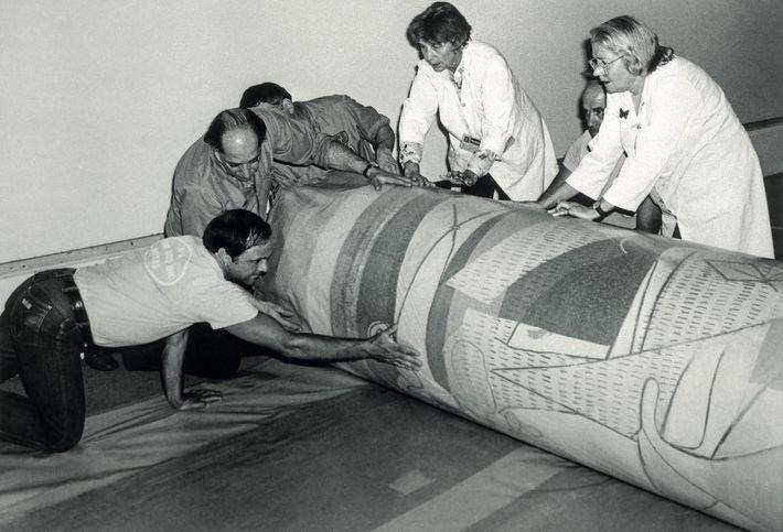 Des employés du Museum of Modern Art (MOMA) emballent délicatement l'oeuvre avant de l'envoyer en Espagne ...