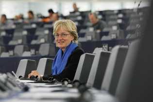 Mady Delvaux-Stehres, député européenne du Parti ouvrier socialiste luxembourgeois, est en séance plénière du Parlement européen, ...