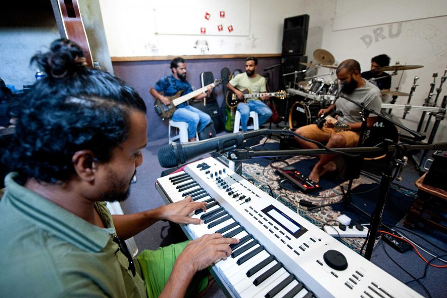 Dans leur studio, les membres du groupe Black Pearl répètent Metallica et Dire Straits, des morceaux ...