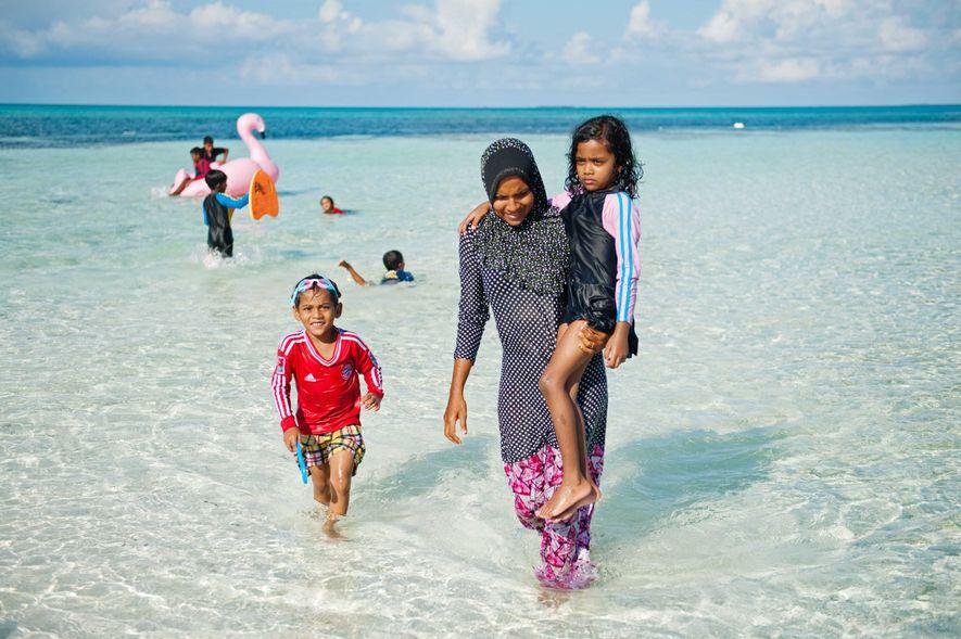 Sur les plages, le dress code est variable : la majorité des femmes est voilée, une ...
