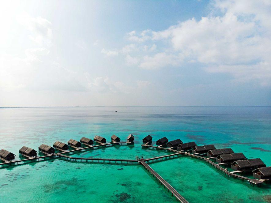 Prise par drone, cette photo montre quelques-unes des soixante water villas du Shangri-La, auxquelles on accède ...