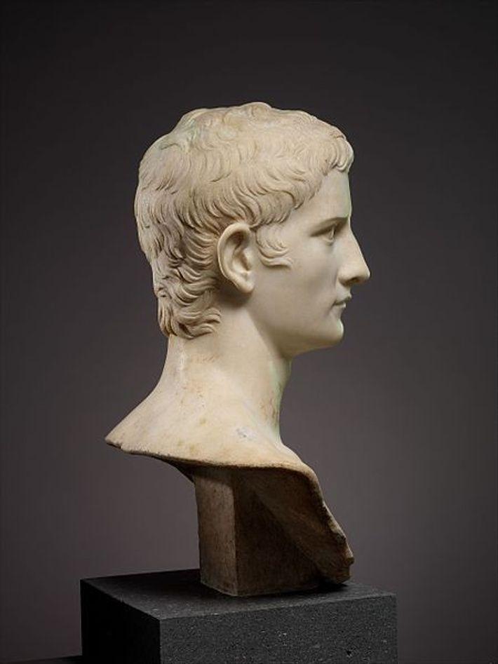 Portrait en marbre de l'empereur Caius, connu sous le nom de Caligula. Conservé au Metropolitan Museum ...