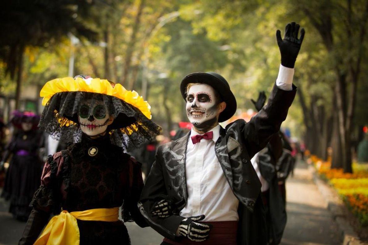 Des calaveras (squelettes) au début du défilé de la fête des morts de 2017.