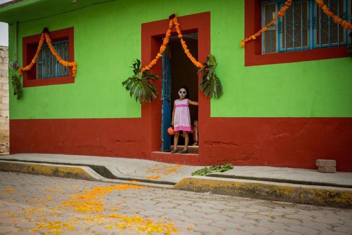 Devant une maison de Huaquechula, un chemin de pétales de soucis est déposé afin de guider ...