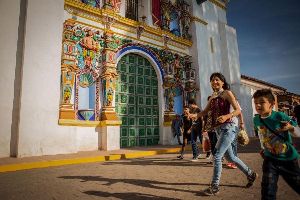 Le 2 novembre, jour de la fête des morts, la grand place de Chignahuapan est animée ...