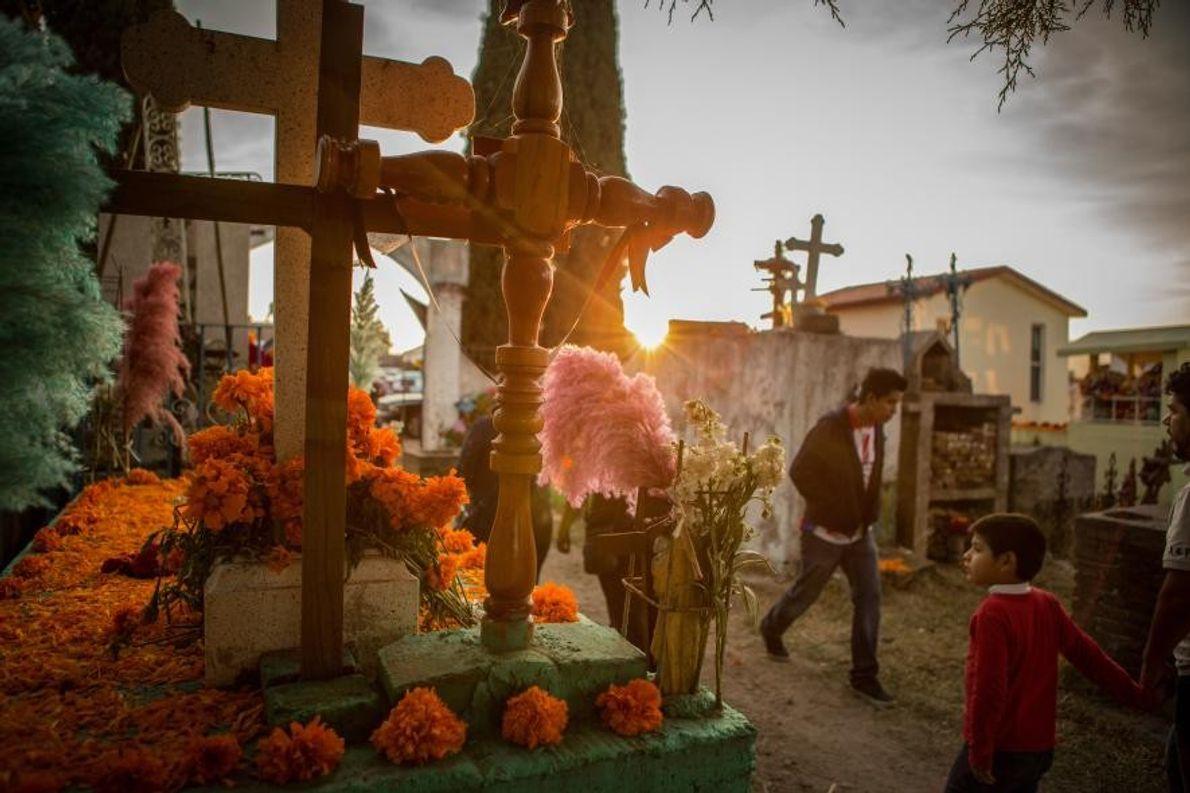 Au cimetière de Chignahuapan, le jour de la fête des morts, les habitants rendent visite à ...