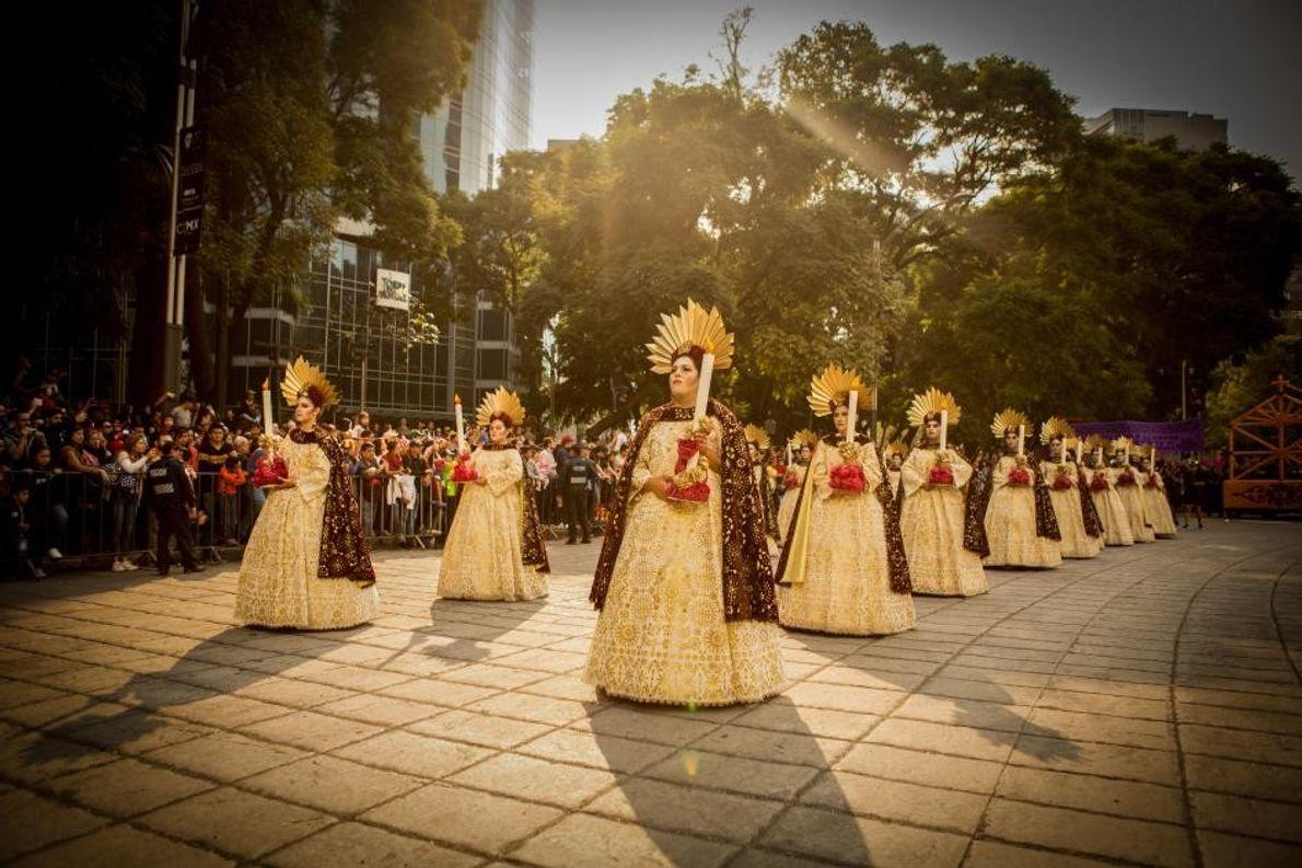 Des participants au défilé paradent dans les rues de Mexico. Ils sont ici déguisés en « ...