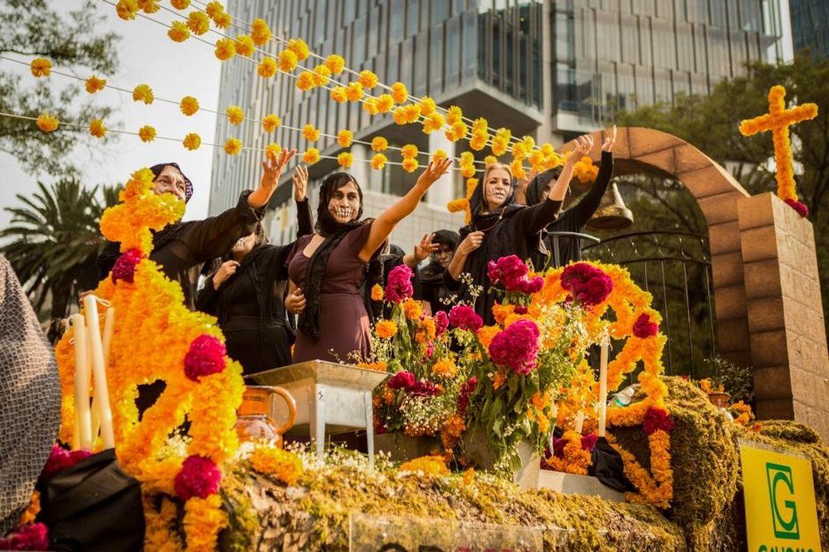 Des participants au défilé sur un char. Le défilé annuel de la fête des morts qui ...