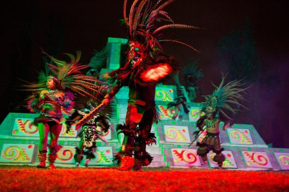 Des comédiens interprètent « La Llorona » dans un canal de Xochimilco, à Mexico. Aux mois ...