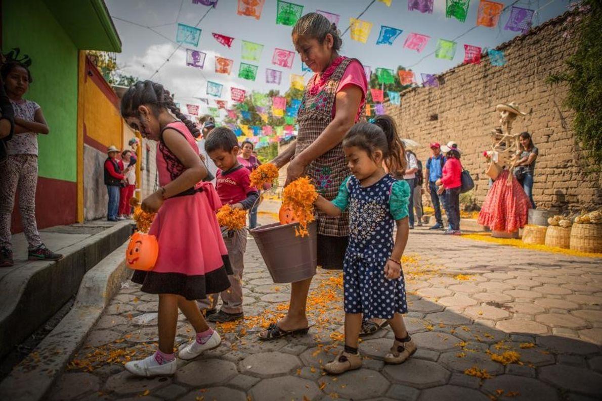 À Huaquechula, une famille disperse des pétales de soucis afin de mener les êtres chers disparus ...