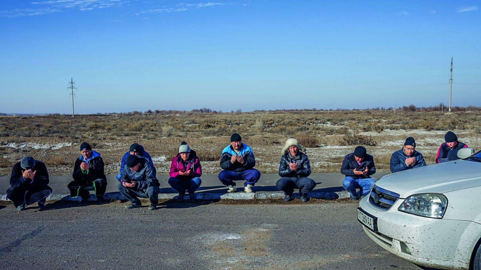 Ces hommes qui habitent en Ouzbékistan se rendent en voiture en Russie pour chercher du travail. ...