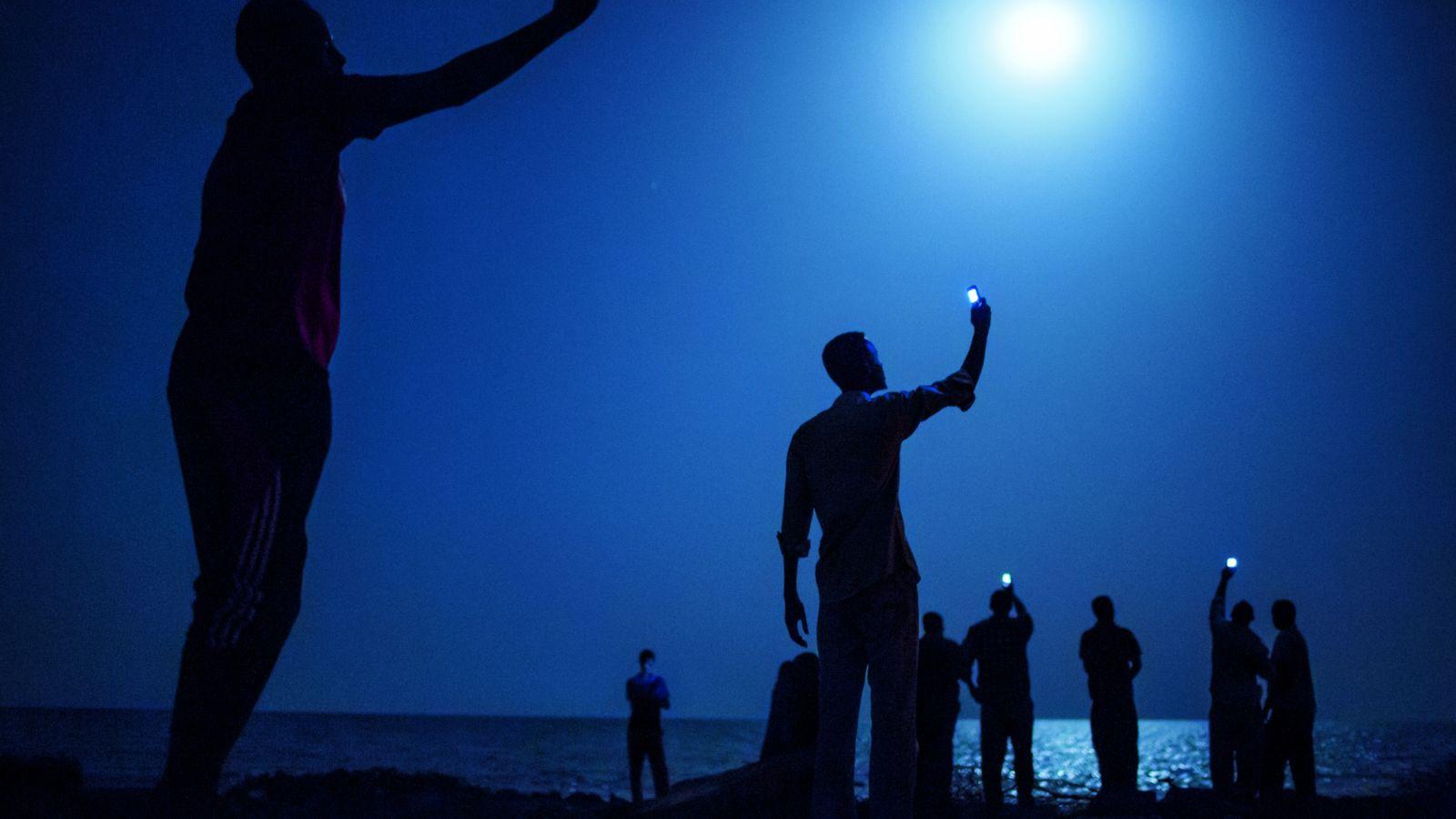Des migrants de la Corne de l'Afrique se réunissent le soir sur la plage de Khorley, ...