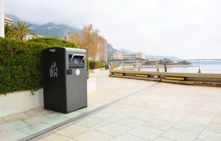 La poubelle BigBelly à compactage solaire, dans les rues de Monaco.