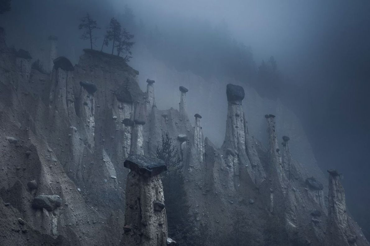 CATÉGORIE NATURE  - Ces tours de sable naturelles, coiffées de grosses pierres, sont connues sous ...