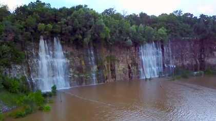 Cette carrière abandonnée s'est transformée en lac dans lequel se jettent des cascades