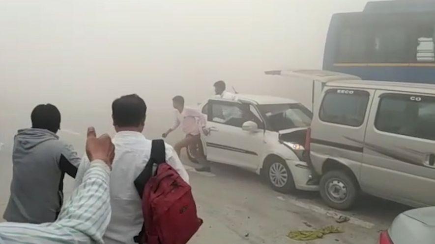 Les pics de pollution en Inde provoquent des accidents de la route.