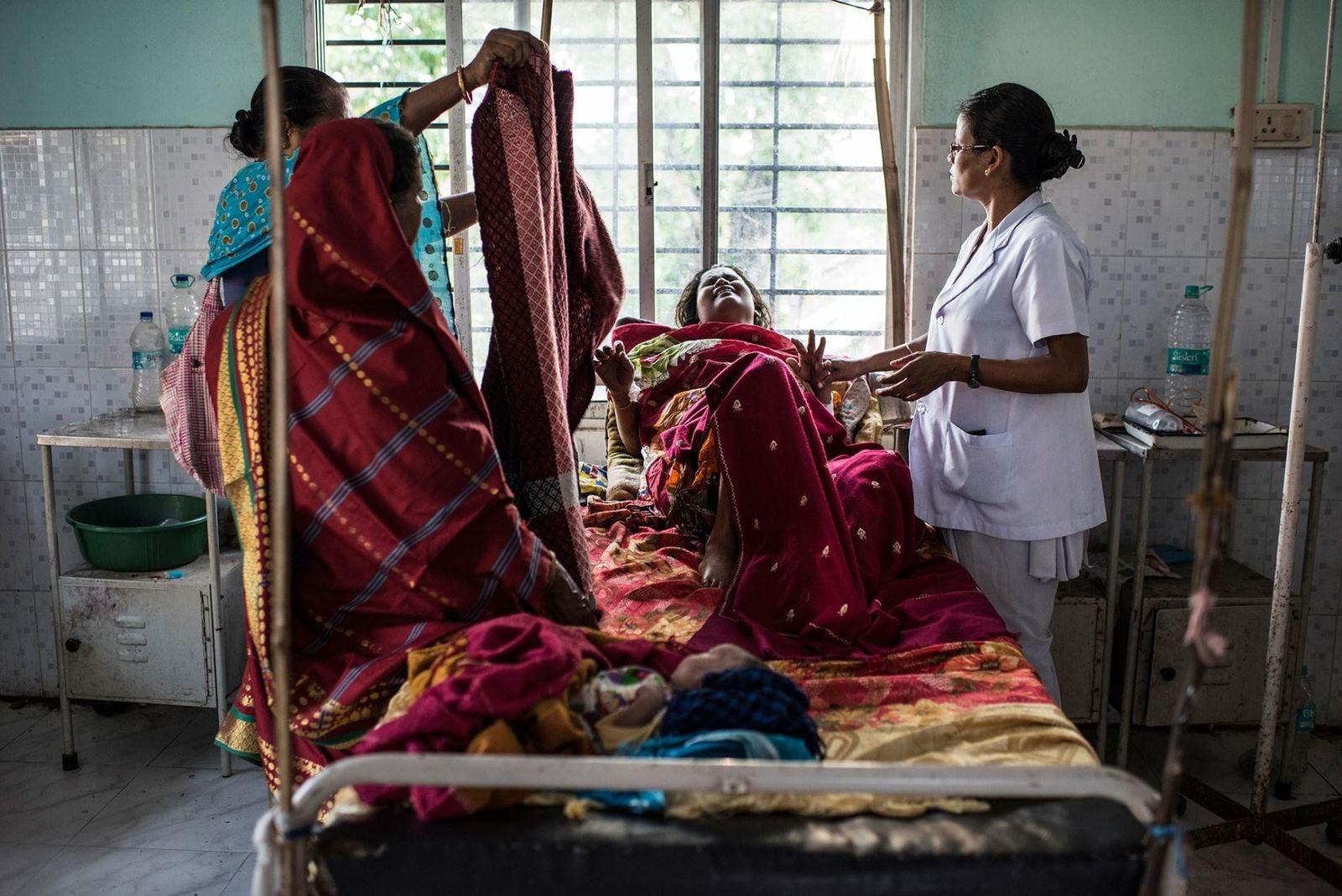 Une femme ayant perdu beaucoup de sang pendant l'accouchement souffre d'une sévère anémie post-partum. Le personnel ...