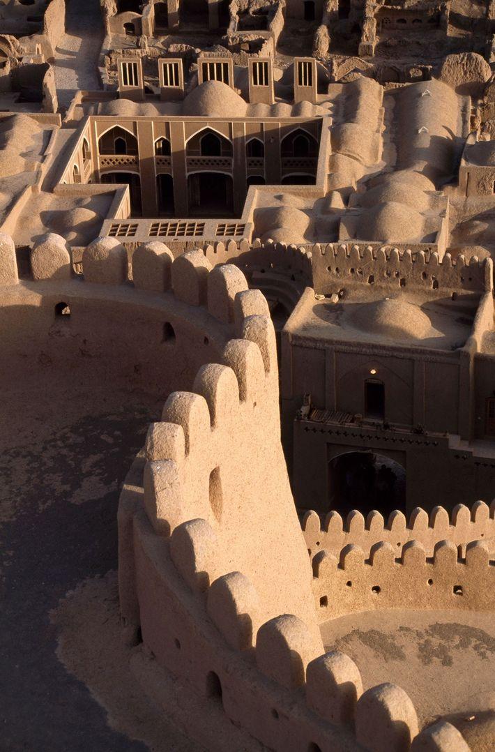 Les structures voûtées et les dômes de la citadelle sont caractéristiques d'une ville fortifiée médiévale.