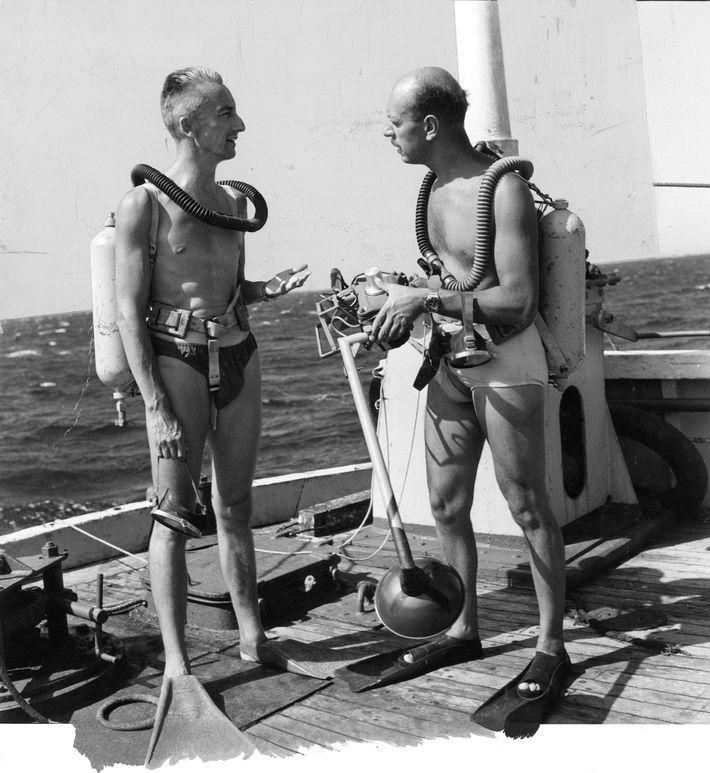 Jacques Cousteau discute avec Luis Marden avant de plonger avec un détendeur de plongée Aqualung.