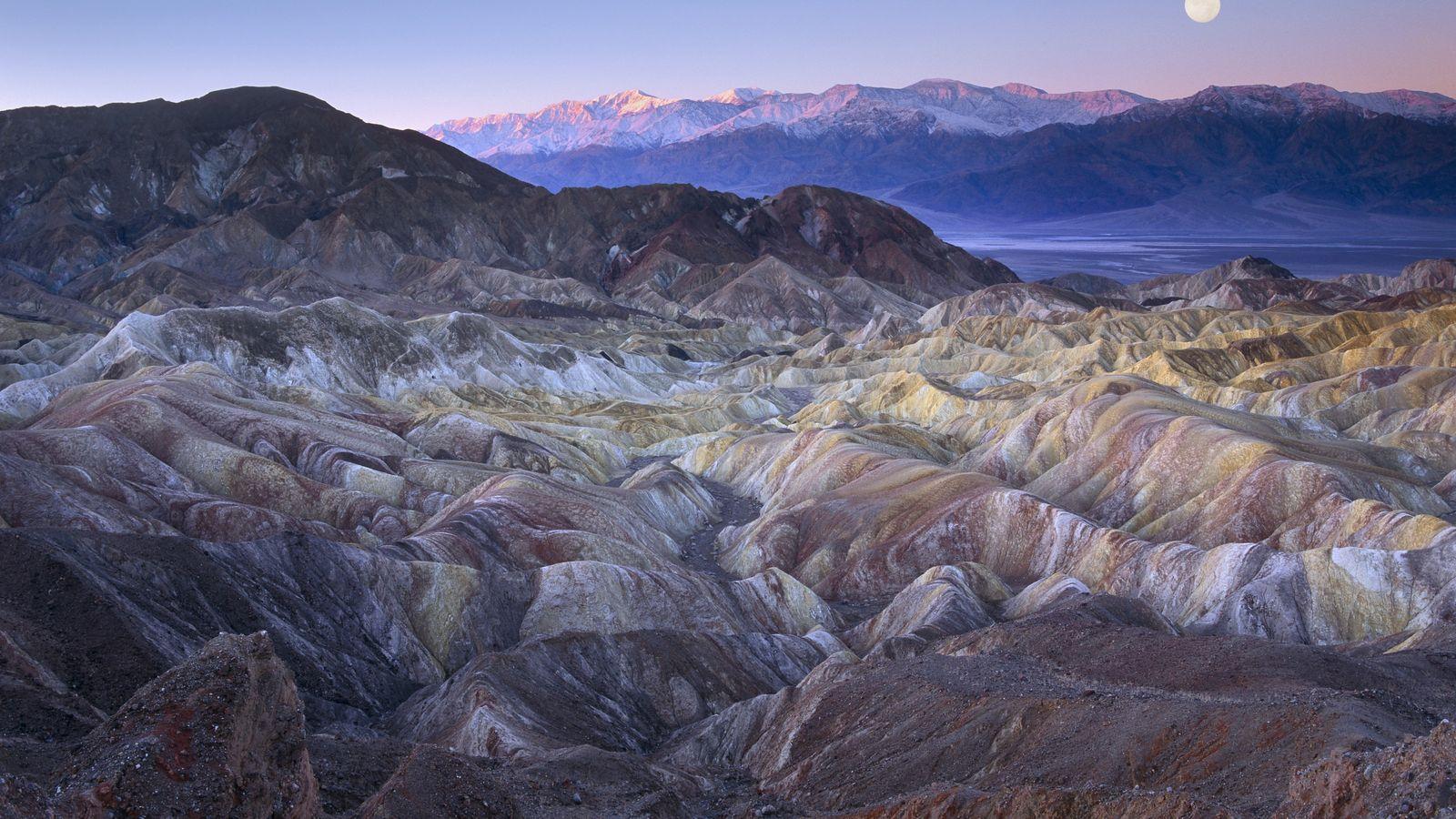 Parmi les paysages les plus spectaculaires de la Vallée de la Mort figure Zabriskie Point et ...