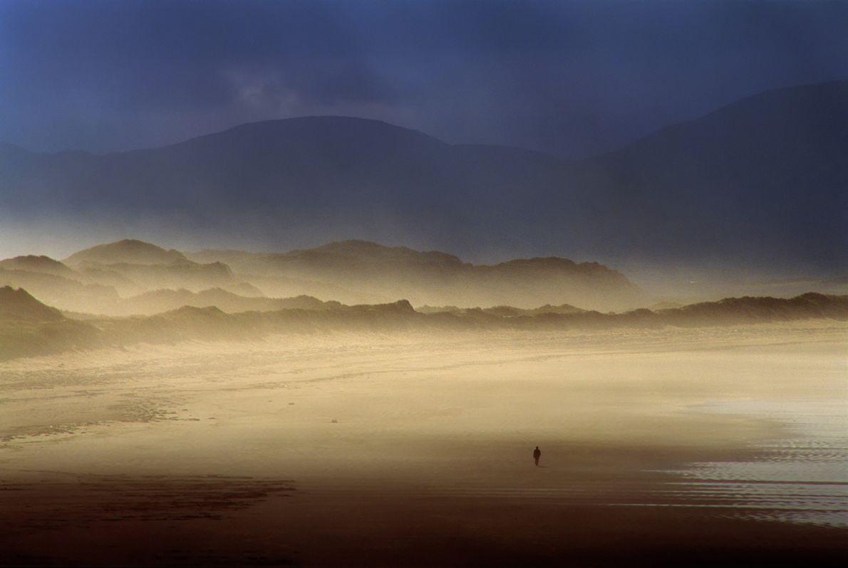 Sur la péninsule de Dingle au sud de l'île, cette plage est très appréciée des surfeurs. ...