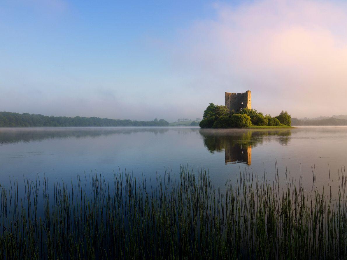 Autre lieu pittoresque : le château de Clough Oughter (comté de Cavan). « J'ai garé ma ...
