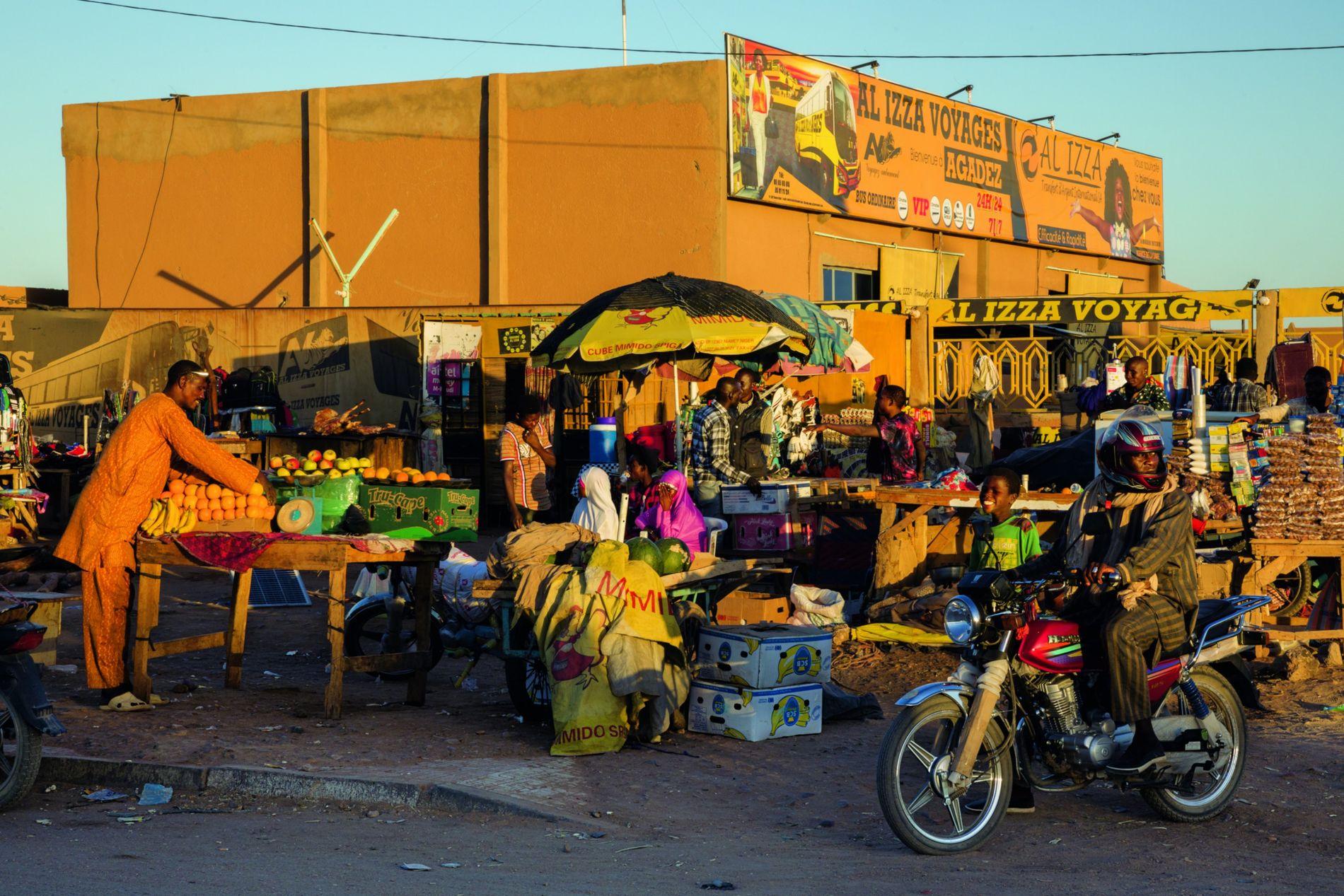 Agadez est depuis longtemps un carrefour commercial reliant le Sahel à l'Afrique du Nord, et l'Afrique ...