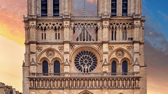 Coiffée de deux immenses tours identiques, mesurant chacune 69 m, la façade ouest intègre trois groupes ...