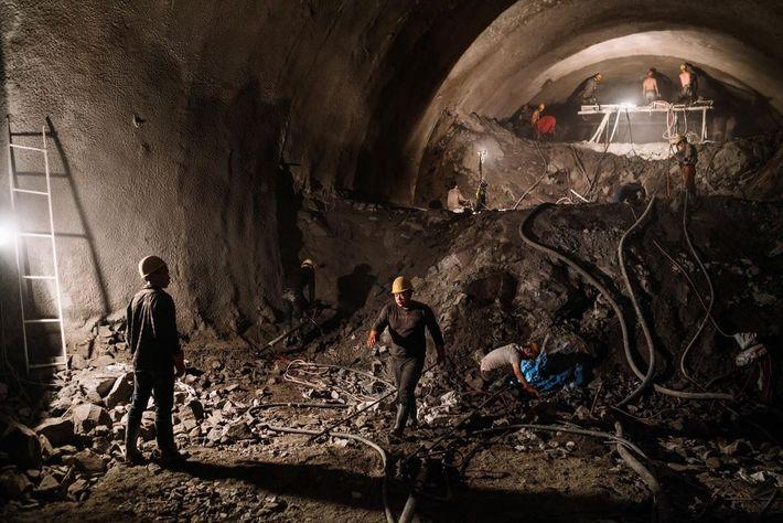 Image d'ouvriers sur le chantier de construction d'un tunnel