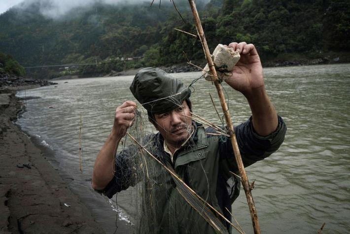 Image d'un pêcheur sur la Nu dans la province du Yunnan, Chine