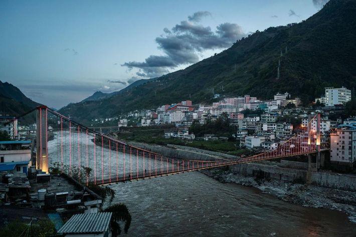 Image du pont au-dessus de la Nu dans la province du Yunnan, Chine