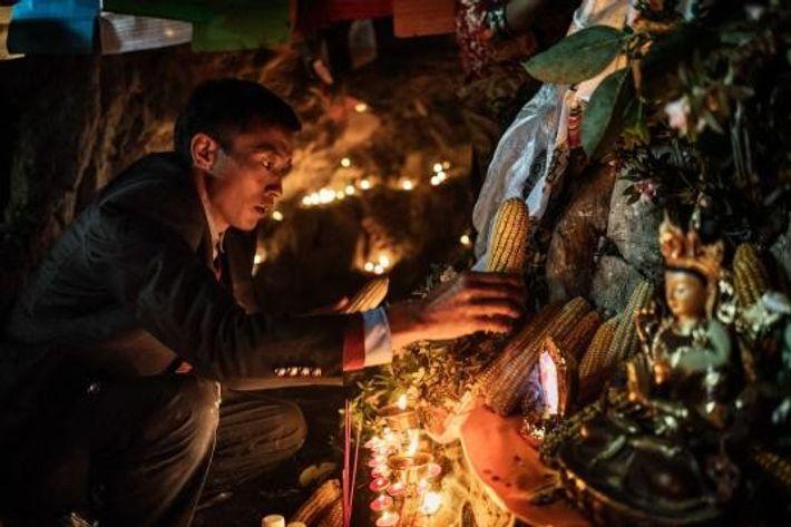 Pour la fête des fleurs et l'arrivée du printemps, les communautés Nu, Lisu et tibétaines récoltent ...