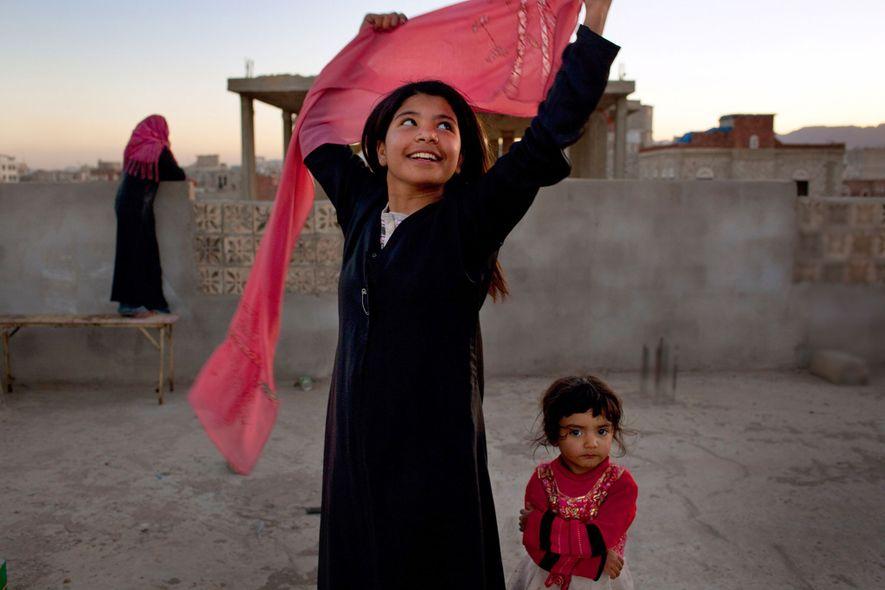 Nujoud Ali, deux ans après son divorce d'avec son mari à seulement 8 ans. Il était plus de 20 ans son aîné. L'histoire de Nujoud a fait le tour du Yémen, et a poussé le parlement à imaginer une loi pour inscrire un âge légal minimum pour se marier.