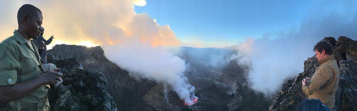 Regarder par-delà la crête du volcan Nyiragongo est un véritable test de bon sens. Aucune rambarde ...