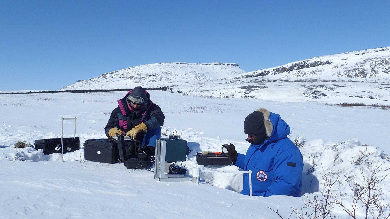 Florent Dominé (à droite) mesure les propriétés physiques de la neige avec son étudiant, Mathieu Barrère, ...