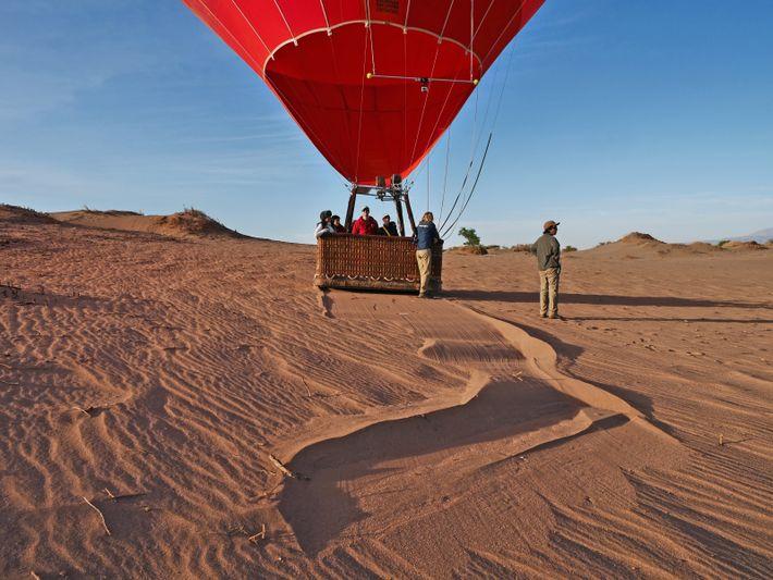 Décoller des dunes du désert d'Atacama aux aurores pour voir le soleil éclairer la cordillère de ...