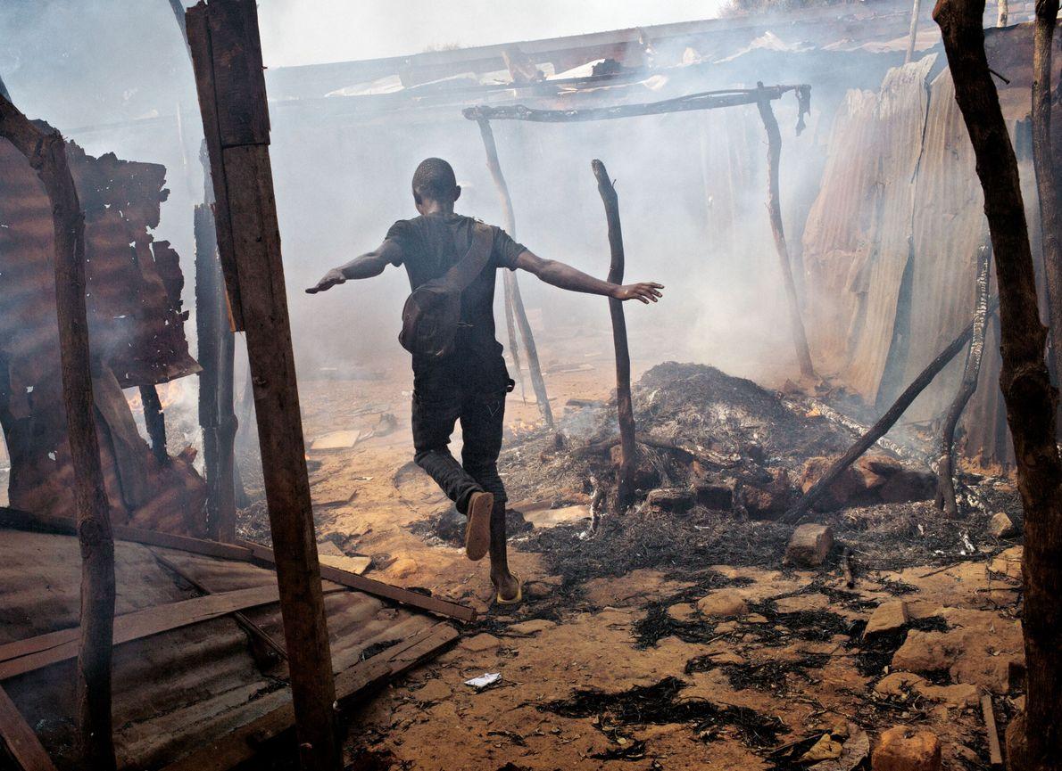 En 2014, à Bangui, capitale de la République centrafricaine, un quartier est en feu après l'attaque ...
