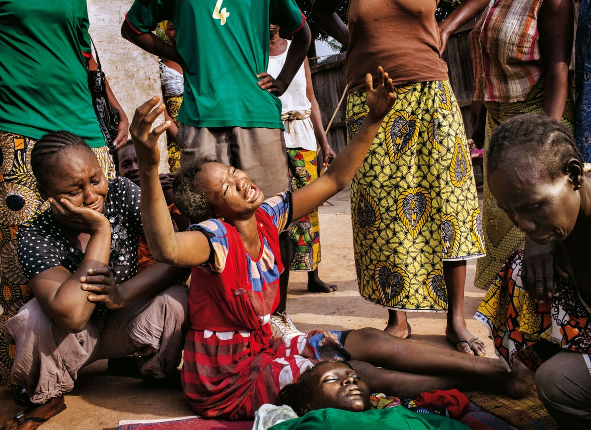 2014, à Bangui : une jeune chrétienne pleure sa sœur, tuée lors de combats de rue. ...