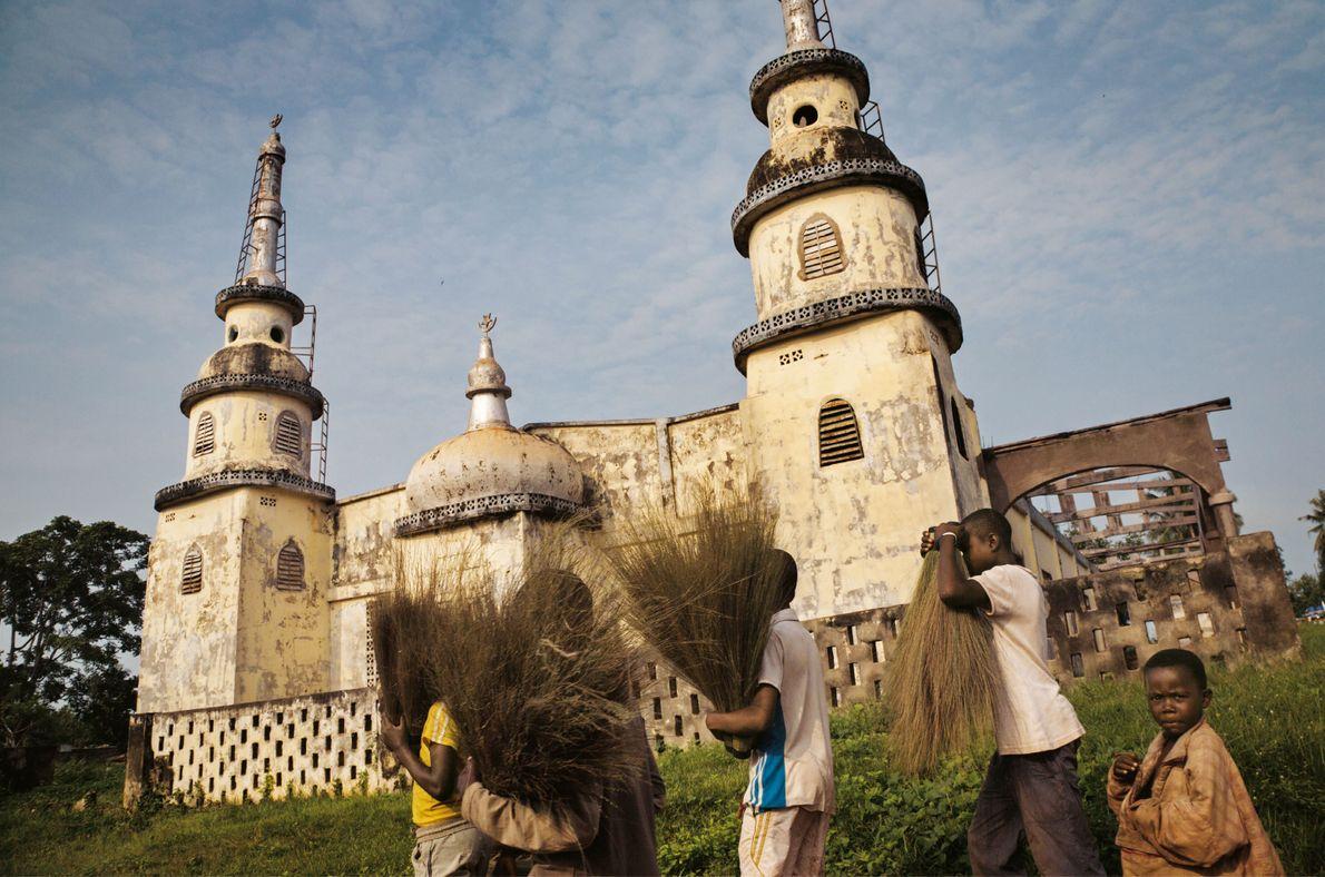 La mosquée principale de Berbérati a été pillée et abandonnée après que des milices chrétiennes ont ...
