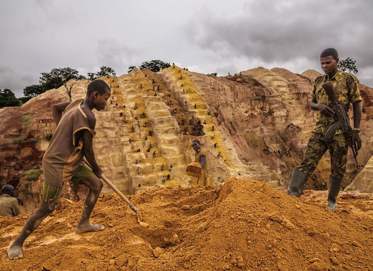 Près de Bambari, un milicien musulman monte la garde dans une mine d'or dont les rebelles ...