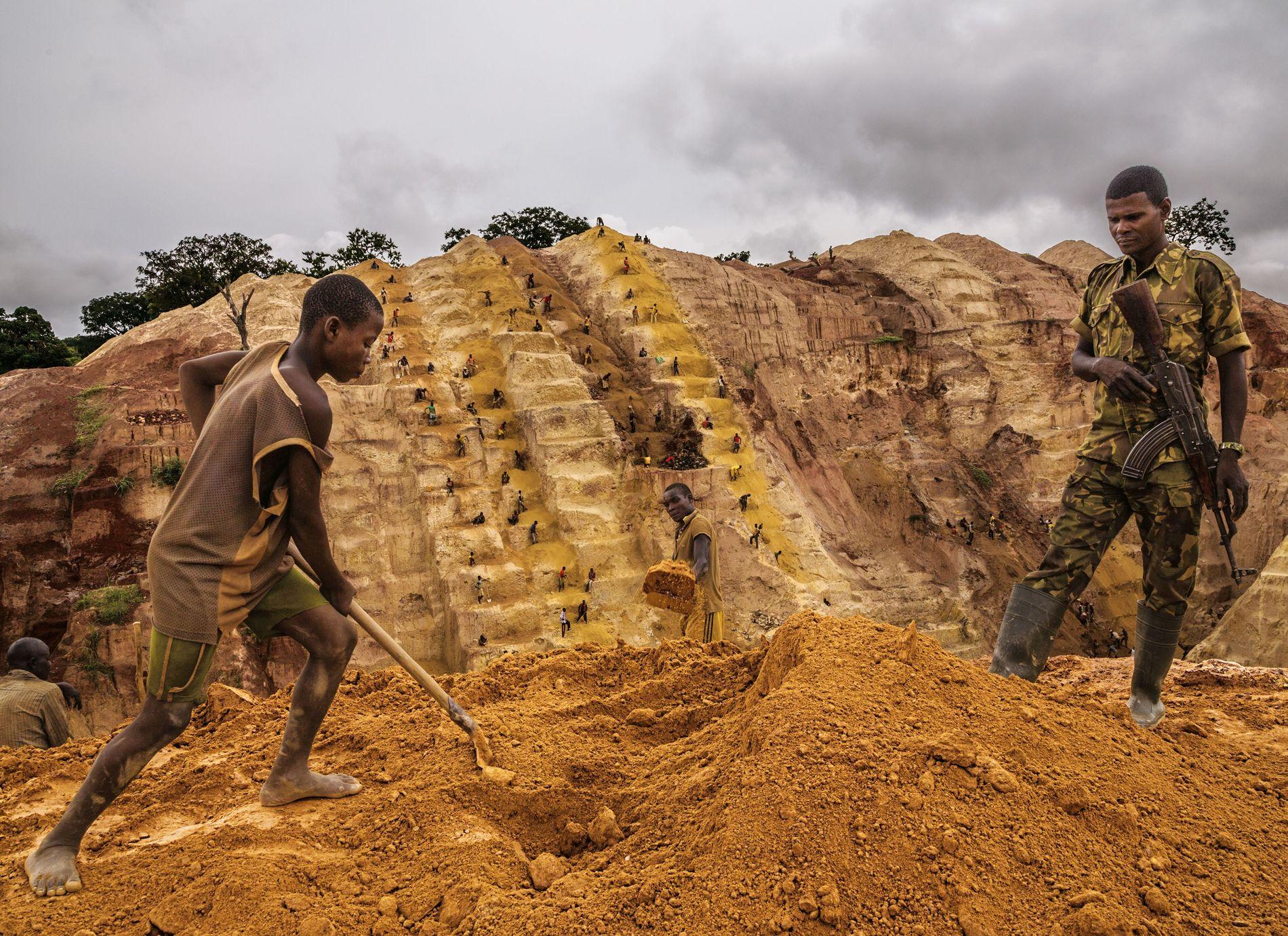 """Près de Bambari, un milicien musulman monte la garde dans une mine d'or dont les rebelles assurent la """"sécurité"""". L'or abonde dans le pays, mais corruption et instabilité empêchent la population d'en profiter."""