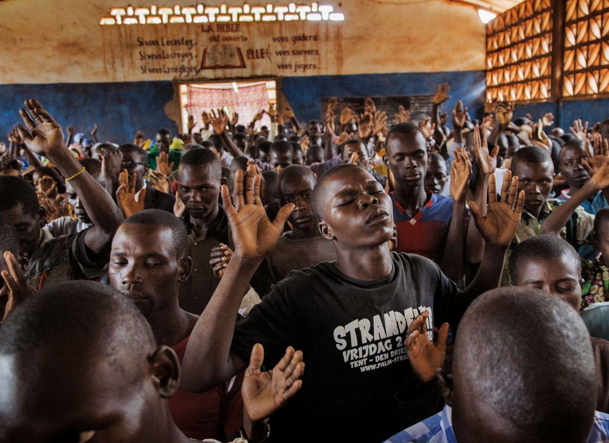 Des chrétiens prient à Bambari, où des musulmans ont brûlé des centaines de leurs maisons. Dans ...