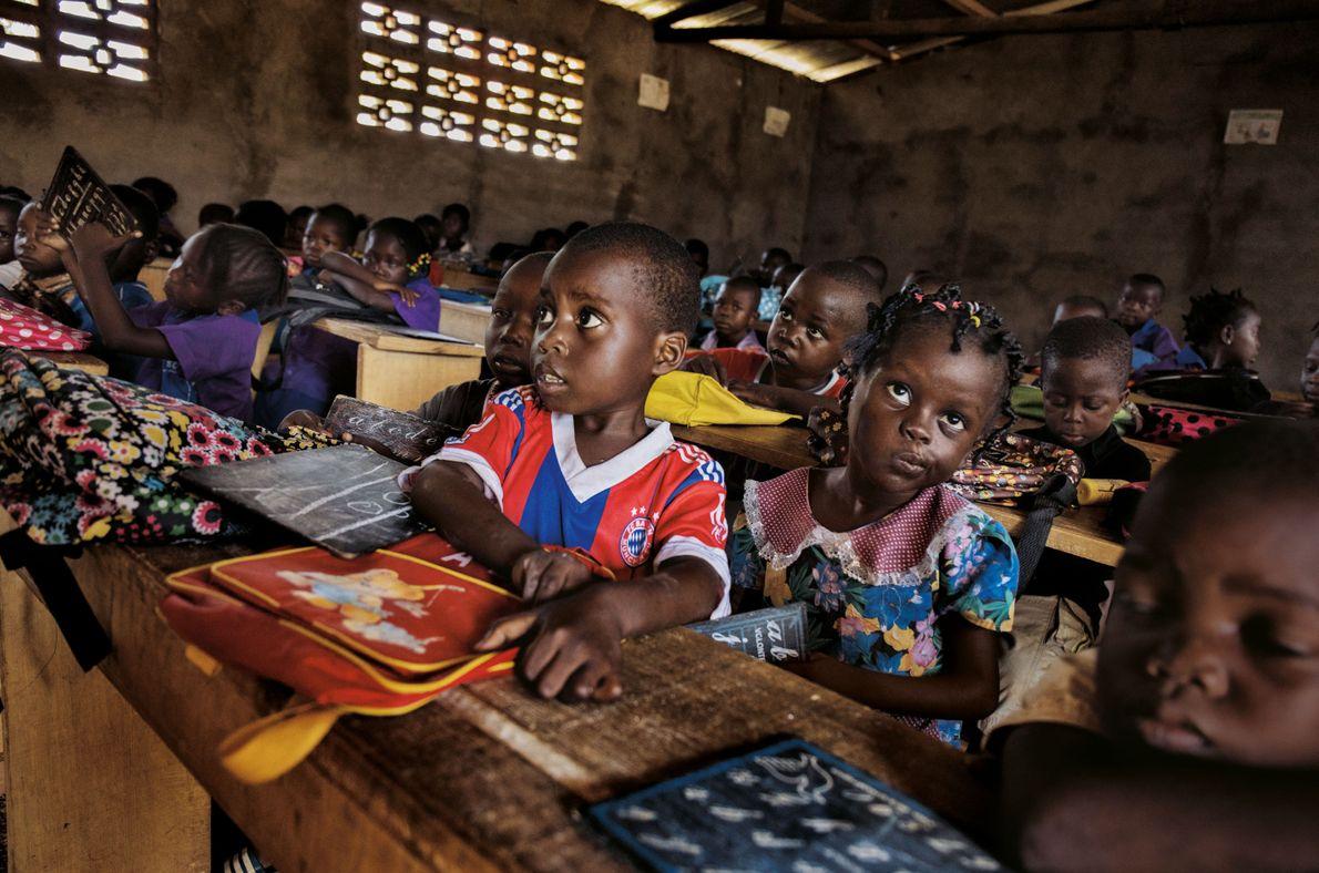Cette école de Bangui a rouvert après deux années de fermeture due aux combats. Des rebelles ...