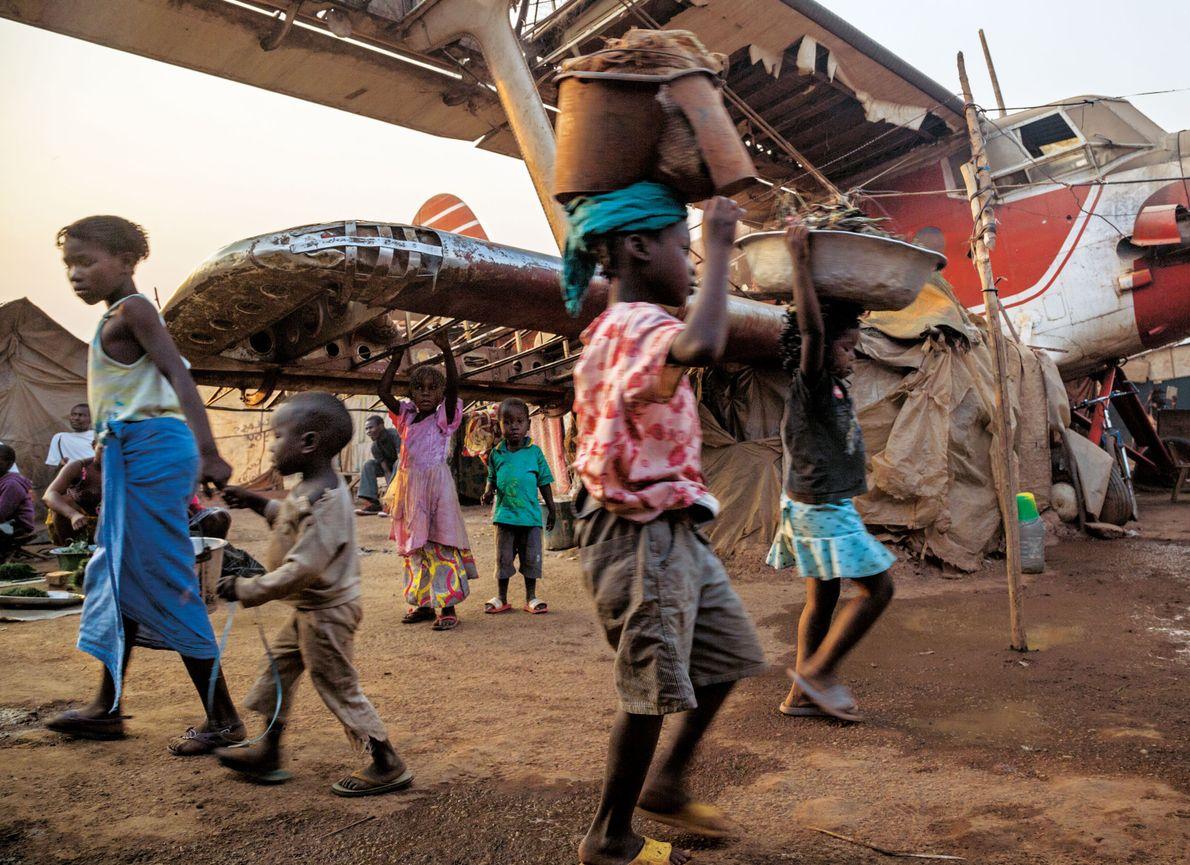 Des dizaines de milliers d'habitants de Bangui se sont réfugiés à l'aéroport qui est protégé par ...