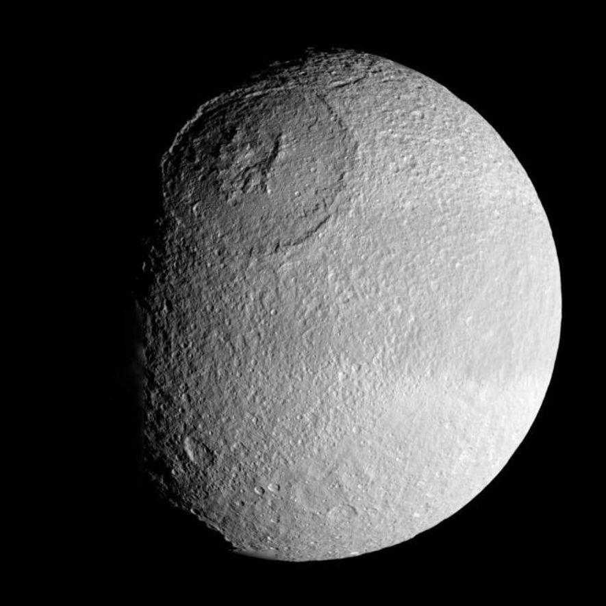 L'énorme cratère Odyssée sur Téthys mesure 450 kilomètres de large et près de 10 kilomètres de profondeur.