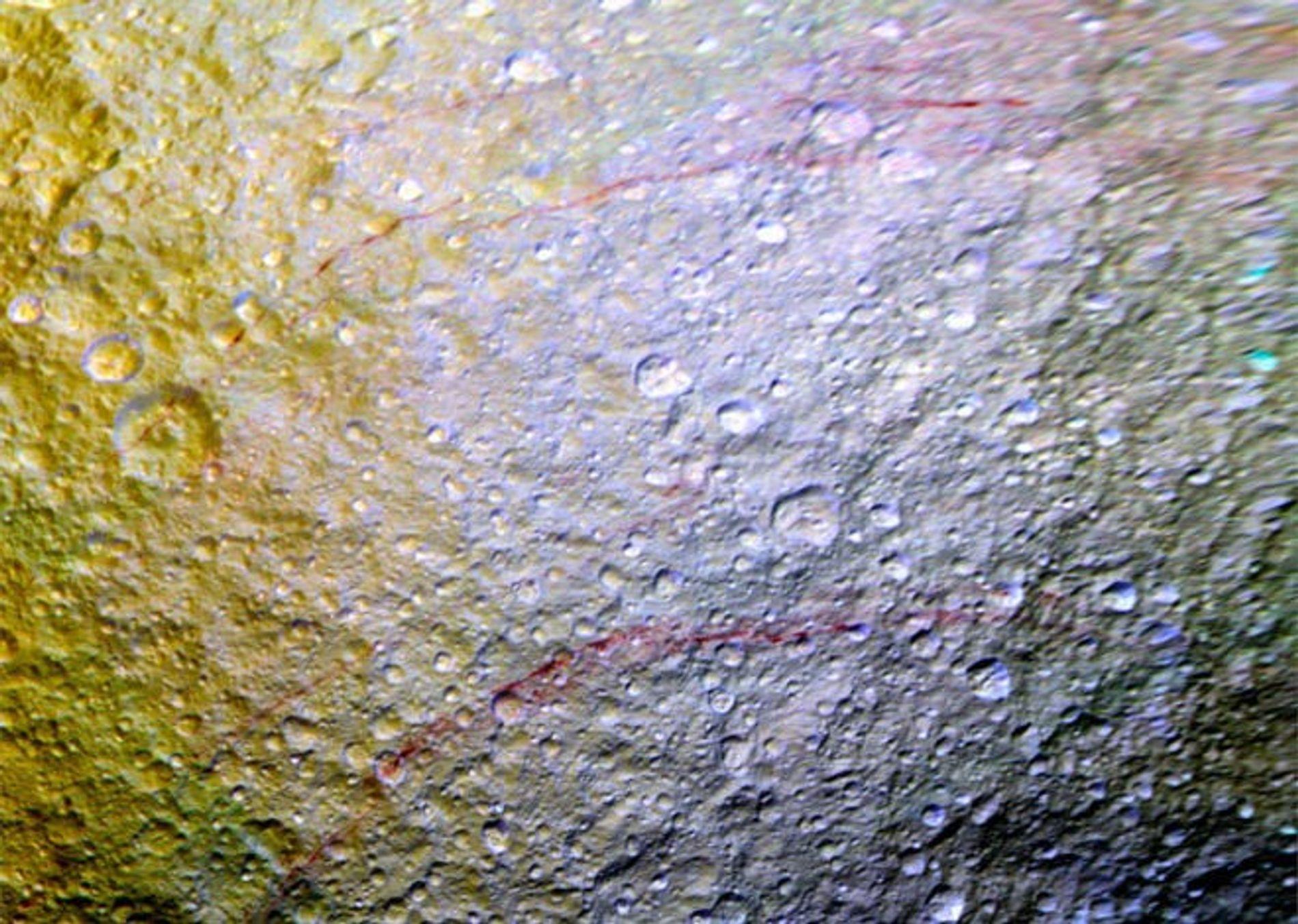 De mystérieuses lignes rouges semblent avoir été peintes sur Téthys.