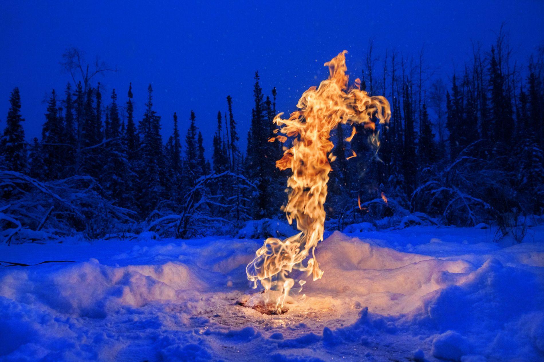 Sous des lacs arctiques, le sol fond et libère du méthane. Mais, en hiver, la glace de surface retient ce puissant gaz à effet de serre. Sur cet étang, près de Fairbanks, en Alaska, des scientifiques ont percé la glace et enflammé le méthane qui en jaillissait.