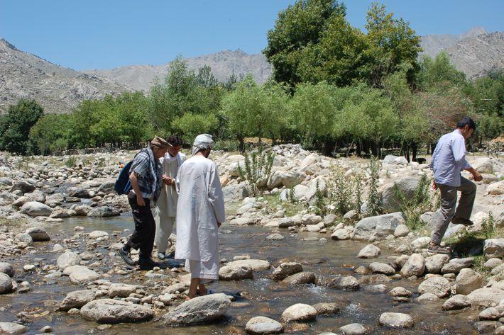 Abibullah, l'un des villageois de la montagne, m'aide à traverser à gué une rivière pour rejoindre ...
